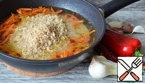 Put the rice with water, simmer under the lid, over low heat, until the liquid evaporates, 12-15 minutes.