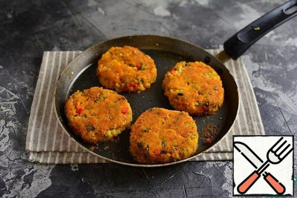 Fry in a non-flammable, well-heated frying pan, greased with oil. Since the boiled hot millet is very tender, then turn the cutlets carefully 1 time, only when one side is well fried. Then, under the lid, fry for 8 minutes.