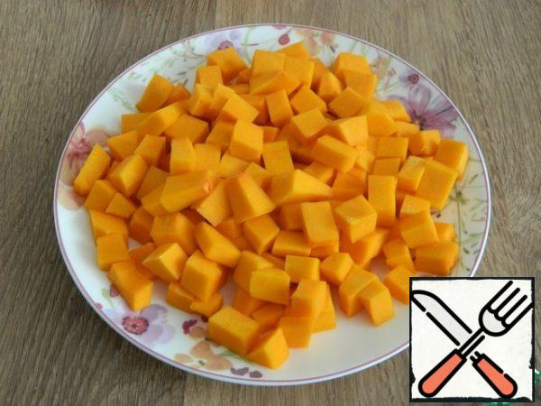 We will prepare the necessary products. For serving, I'll take buckwheat loaves. Cut the pumpkin into cubes.