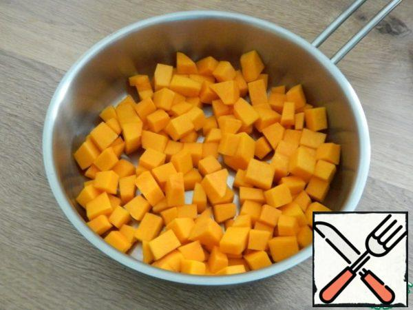 In a saucepan with a thick bottom, put the pumpkin.