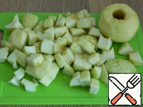 While the onion is frying, cut the peeled apples into pieces.