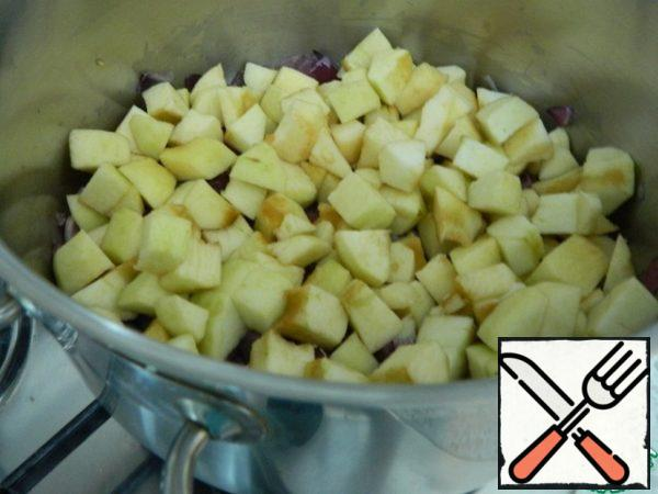 After the onion, put the apples in the pan and continue to simmer on the lowest heat.