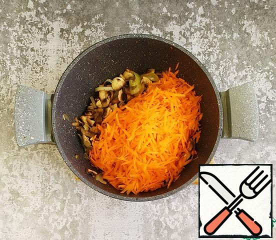 Next, add the grated carrots. Lightly fry for 8-10 minutes.