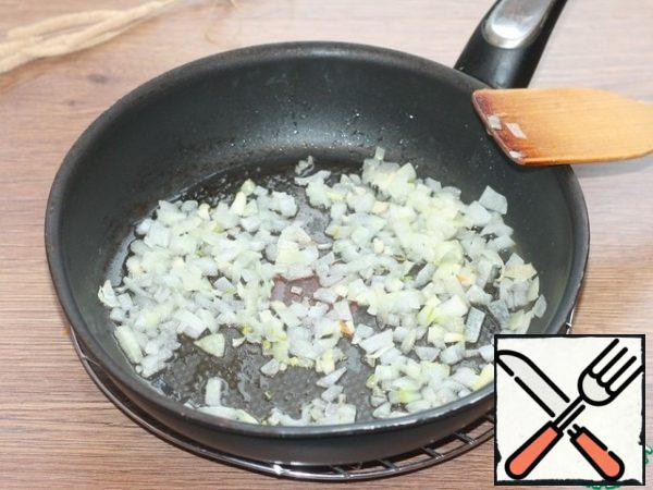 Prepare the vegetables. Peeled onion and garlic cut: onion-small cubes, garlic-chop with a knife. Fry the onion in preheated vegetable oil first and after 2 minutes add the garlic.