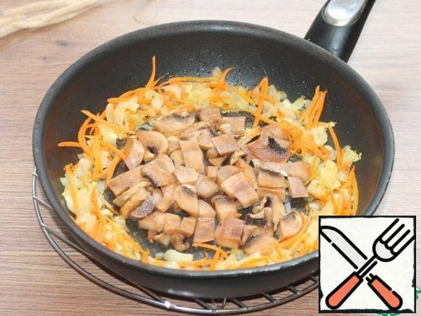 Cut the prepared mushrooms into small cubes and add them to the pan with the vegetables. Fry, stirring occasionally, for 5 minutes.