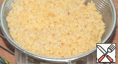 We will prepare bulgur. We wash and put the bulgur in a sieve to remove the water.