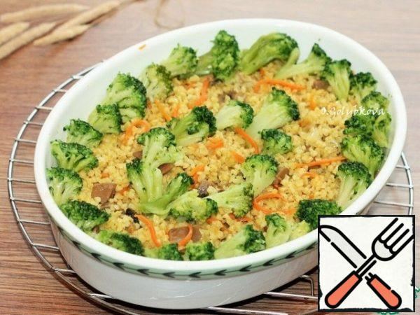 Add the broccoli to the finished bulgur with the vegetables and mix. Serve the finished dish to the table hot.