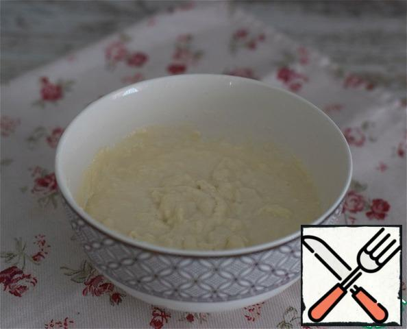 For the sourdough, mix warm water, flour and yeast. Put the container with the sourdough in the heat for the approach for 15 minutes. (tighten the container with food wrap or cover it with a lid)