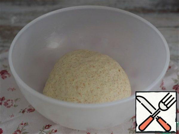 Dough. In the sifted flour, pour warm water, corn (any vegetable) oil, the sourdough that has come up, add salt, sugar and bran. (it is better to use wheat or rye bran) Knead a smooth, soft, plastic dough. Immediately pour all the flour is not necessary. You may need to adjust the amount of it. The container with the dough is tightened with food wrap and put in the heat for 35-40 minutes for the approach.
