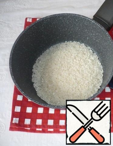 Let's start preparing the dish. Put the rice to cook  according to the instructions.