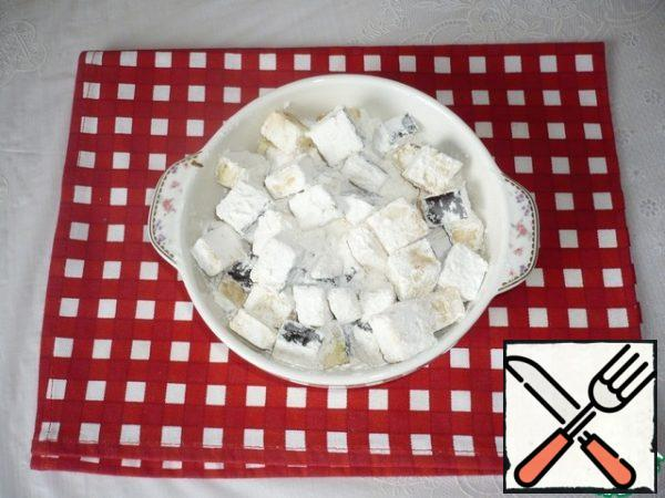 Roll the eggplant cubes in cornstarch. For convenience, put them in a bowl, pour the starch and mix.