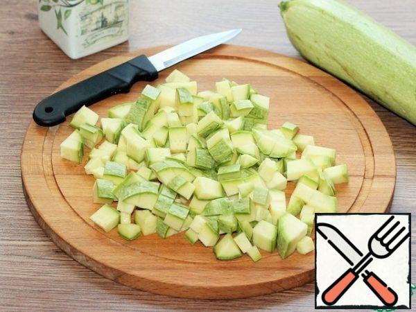 Cut the zucchini into small cubes.