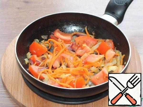 To the sauteed vegetables, add the sliced tomato, simmer for 3 minutes.