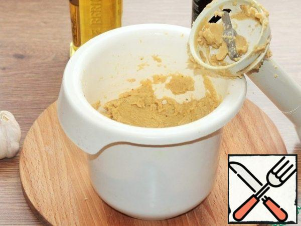 Put the cooled chickpeas in the bowl of a blender. 2-3 tablespoons of chickpeas are left. In a bowl, add: 100 ml of chickpea broth, 1-2 tbsp olive oil, 1 tsp balsamic, 1/4 part vegetable roast, 1-2 cloves of garlic, curry, salt and pepper. Grind the mass with a blender until smooth. Adjust the thickness of the paste to your taste by adding a decoction. The remaining chickpeas are fried in a frying pan, where they were prepared for frying.