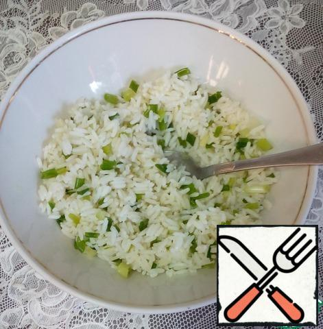 Boil the rice. Chop the green onion feathers and mix with the rice.