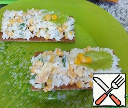 Spread on fragrant bread rolls. Garnish with lettuce leaves and corn kernels. Have a nice snack!