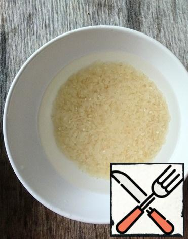 Rinse the steamed rice in cold water several times.