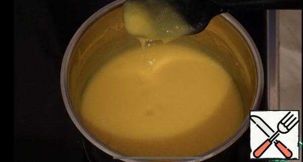 Then we pour everything back into the saucepan, put it on medium heat, constantly stirring the thickening of our cream, and leave it to cool completely, then beat the butter at room temperature and combine with the cream