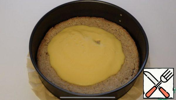 On the first cake pour half of the cream all well distributed over the surface