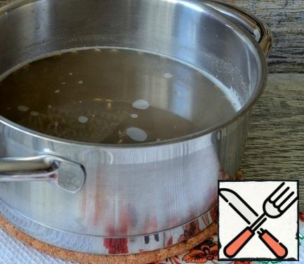 Wash the lentils, pour 1 liter of boiling water, cook over low heat.