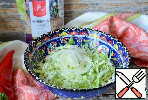 Cut the Peking cabbage and onion thinly and rub lightly with salt.