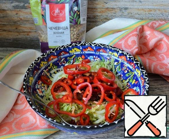 Chop the pepper, add to the salad.