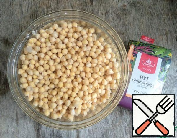 Soak the chickpeas overnight in cold water. Then rinse a couple of times, transfer to a saucepan, pour water, add salt (1 tsp) and cook until tender, about 1 hour. Then separately drain the chickpea broth 150 ml., the rest of the contents of the pan to throw in a colander.
