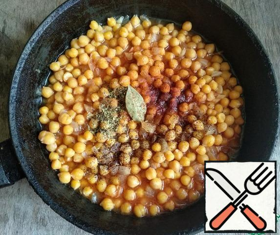 Then pour in the chickpea broth, add tomato paste, ground pepper, paprika, thyme, basil, bay leaf. Mix well and simmer for 10-15 minutes. under the lid.