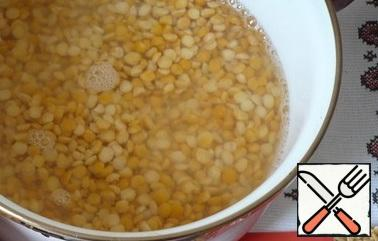Wash the peas several times, put them in a saucepan, and pour water over them.