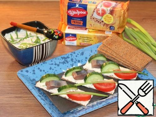 The appetizer is cooled and before serving, we lubricate the crusty bread, decorate with cucumber slices and tomato slices. Yummy!!!