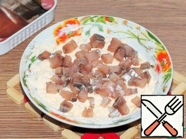 Herring fillet, pieces finely cut into cubes and mix with the curd mass. Fill the curd mass with herring brine. I have all the brine from the jar went to the gas station. I didn't add salt and pepper, everything was in the herring brine. Chopped herring and brine, give the mixture a more pleasant taste than salt. Herring can be replaced with sprat, and then fill with keel brine.