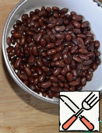 We take the beans, I used dark red. Beans are well washed, it is better to soak overnight. Next, drain the water, pour fresh water in a ratio of 1 to 3, bring to a boil and cook over medium heat until ready, 1-1. 5 hours.