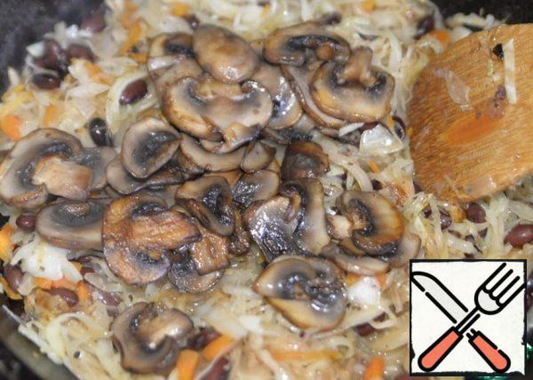 Put the fried mushrooms, stir, turn off the fire.