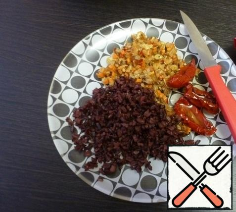 Cook the black rice based on the instructions on the package. Onion, carrot and garlic cut into small cubes and fry in vegetable oil. Peel the mushrooms, unscrew the legs, chop the legs finely and send them to the pan with the vegetables and fry them all together. Finely chop the dried tomatoes and mix with the roasted vegetables and black rice. Season with salt and pepper. This is a filling for champignons.