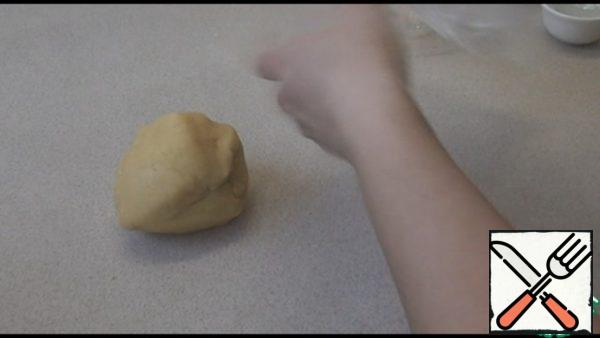 We put the dough in a bag and send it to the refrigerator for 30 minutes.