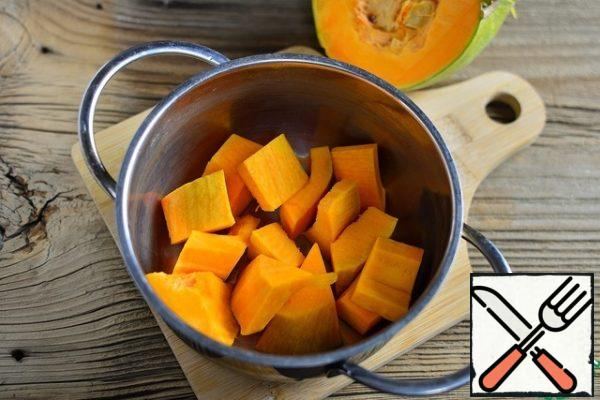 Peel the pumpkin, fill it with water, and put it to boil. You can add allspice and bay leaf.