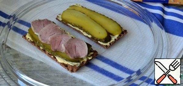 Put thin pieces of meat on cucumbers.