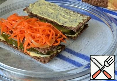 Spread the sauce on top of the bread and put 2 tablespoons of carrots in Korean.
