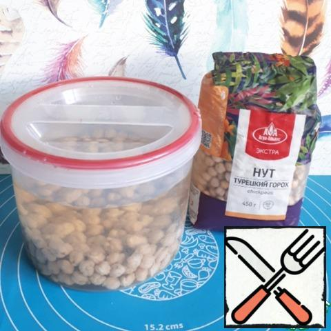 The preparation of this salad begins with soaking chickpeas. Fill the chickpeas with water and leave to swell for 4-6 hours, and preferably overnight.