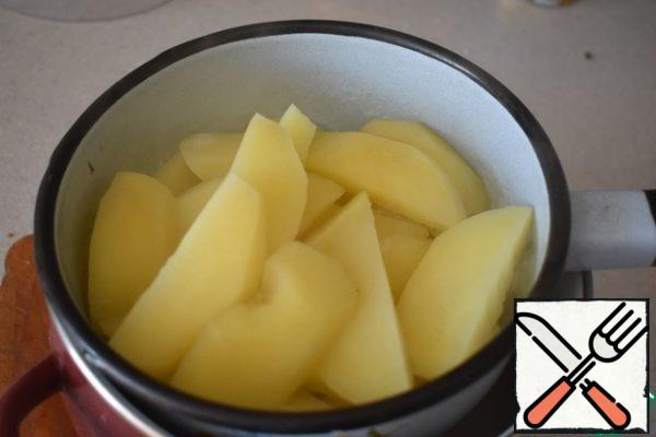 Wash and peel the potatoes. Cut it into slices, fill it with cold water. Bring to a boil and cook for 5 minutes. Toss in a colander.