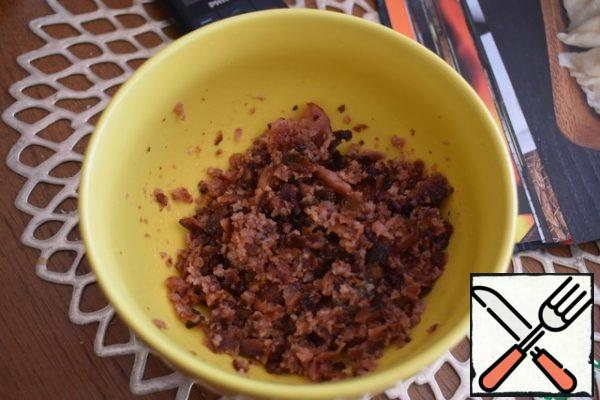 Chop the sausage into crumbs. I did it with a mixer. Fans of spicy food can add red pepper to taste.