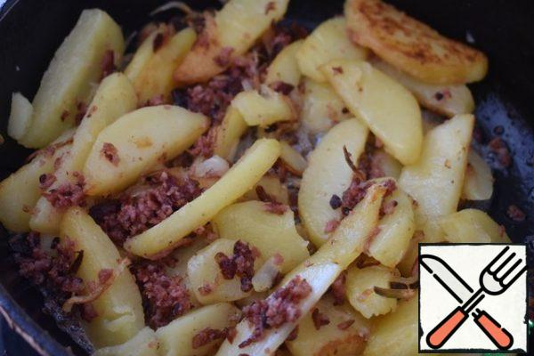 Sprinkle the finished potatoes with sausage crumbs and serve.