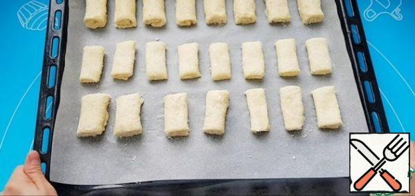 We put the tubes on a baking sheet covered with parchment and send them to a preheated oven for 20 minutes. Be guided by your oven. The main thing is not to overdo it, so that they are not hard.