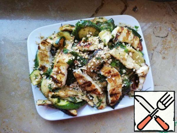 At the very end, cut the cheese into plates and also fry on the grill or grill pan. Crack the nuts. Mix the cheese with the zucchini and sprinkle with the nuts. Bon Appetit!