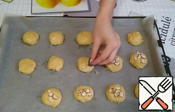 Part of the cookies will be decorated with chopped hazelnuts. You can decorate as you wish. We send it to the preheated oven to 180 degrees for about 15 minutes.