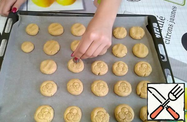 On the cookies, I will make a pattern with a regular cream nozzle.