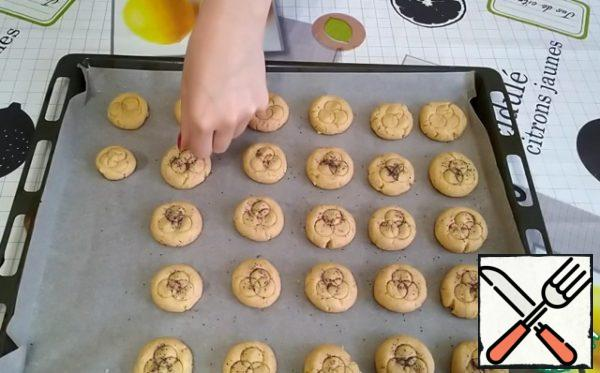 I'll sprinkle them with poppy seeds. We send it to the preheated oven to 180 degrees for about 15 minutes.