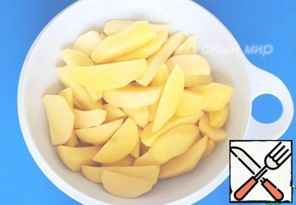 Potatoes will be used for potatoes in a rustic way without the peel. Peel and wash the potatoes. Cut the potatoes into slices. To do this, cut each potato in half and cut each half lengthwise into slices.
