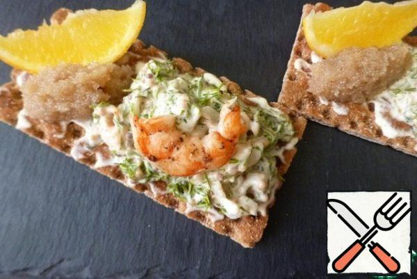 Grease the loaves with a thin layer of mayonnaise. Spread the shrimp mass on one side. On the other side, put a spoonful of salted herring caviar and a slice of lemon. Traditionally, the Swedes use caviar of grouse or catfish, but I think any one will do. The main thing is that you have a delicious meal.