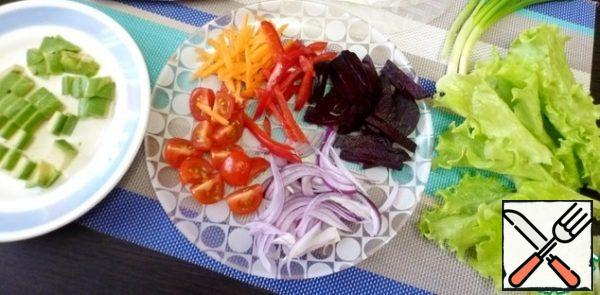 For vegetable spring rolls, you can take any set of vegetables that you like. Cook the beets. Peel the avocado, slice it and sprinkle with lemon juice. Lettuce leaves cut into pieces. Cut all the vegetables into strips, cut the tomatoes into quarters.